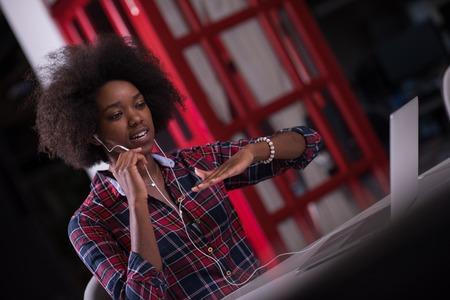retrato de uma jovem mulher americana Africano bem sucedida bonita que gosta de gastar uma qualidade e alegre tempo, enquanto trabalhava em um grande escrit