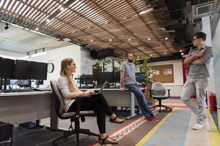 그들은 일상적인 작업을 작업으로 현대적인 사무실에서 캐주얼 젊은 사람들의 그룹 팀 회의 및 브레인 스토밍을 스톡 콘텐츠