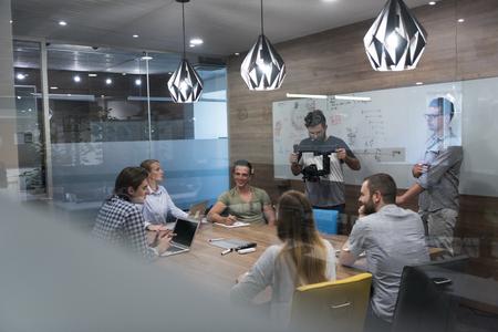 puesta en marcha de reflexión equipo de negocios en reunión de trabajo en la computadora portátil y la tableta de ordenador Foto de archivo