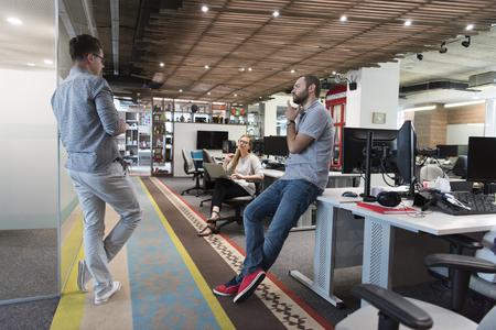 occasionnel groupe des jeunes dans le bureau moderne ont réunion d'équipe et remue-méninges comme ils travaillent travail quotidien