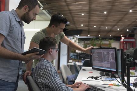 grupo de personas de negocios de inicio trabajando como equipo para encontrar la solución al problema Foto de archivo