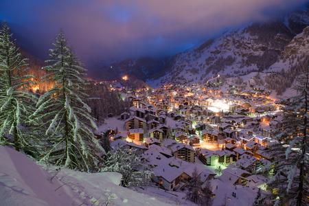 スイス連邦共和国の雪の夕暮れ時にピークの谷ツェルマットとマッターホルンの空中写真