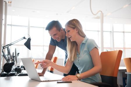 trabajo en equipo: Grupo de jóvenes trabajadores de la gente de los empleados con el ordenador en el estudio urbano alternativo - Concepto de negocio de recursos humanos y de la diversión del tiempo de trabajo - Poner en marcha los empresarios en la oficina - filtro de la vendimia brillante