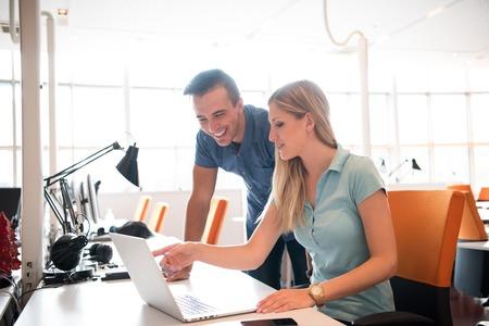 Groupe de jeunes travailleurs gens d'employés avec l'ordinateur en studio alternatif urbain - concept d'affaires des ressources humaines et de plaisir sur le temps de travail - Démarrage entrepreneurs au bureau - filtre cru lumineux