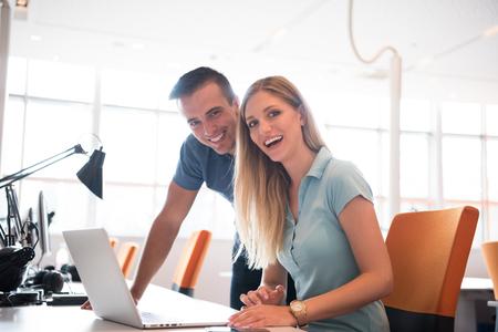 Groep jonge mensen werknemer werknemers met een computer in de stedelijke alternatieve studio - Business concept van human resource en plezier op arbeidstijd - Start ondernemers op kantoor - Bright vintage filter