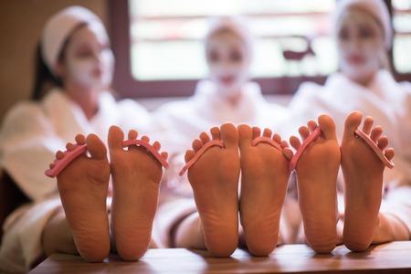 groep famale vrienden in de spa plezier te hebben, viert vrijgezellenfeest met gezichtsmasker