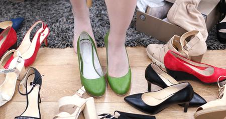 女性は、ファッショナブルな店で靴を選択します。 写真素材