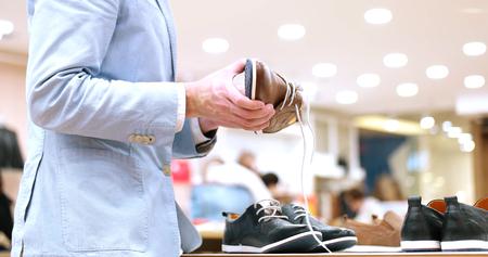 comprando zapatos: mirada cambiar al hombre con zapatos nuevos Foto de archivo