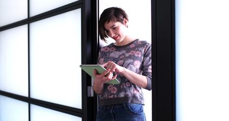 Jolie femme d & # 39 ; affaires en utilisant la tablette en face de l & # Banque d'images - 76476935