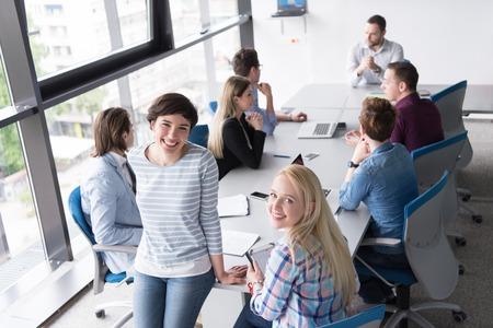 Femmes d & # 39 ; affaires en utilisant tablette numérique dans un bureau occupé Banque d'images - 77357682