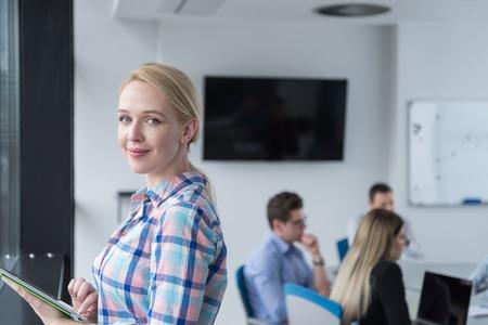 Femme d & # 39 ; affaires en utilisant tablette numérique dans le bureau d & # 39 ; affaires Banque d'images - 77441299