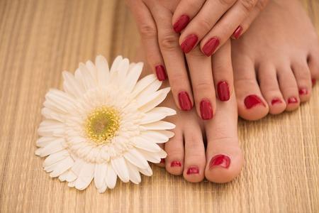 女性のクローズ アップ写真ペディキュアとマニキュアのプロシージャのスパ ・ サロンで手と足