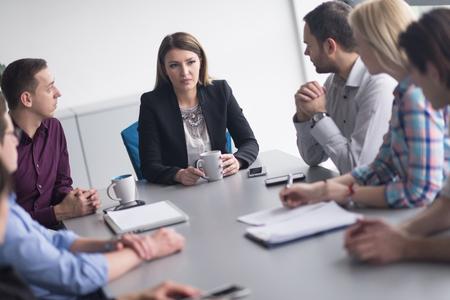 비즈니스 팀 현대 시작 사무실에서 회의와 새로운 사업 계획에 대해 branistorming