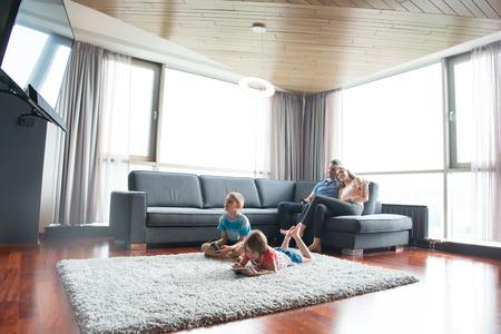 Familia joven feliz jugando juntos en casa