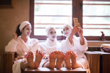 スパで女子友人のグループ楽しく、フェイス マスクと独身パーティーを祝うため