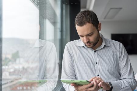 Homme d & # 39 ; affaires utilisant tablette numérique dans le bureau d & # 39 ; Banque d'images - 78306249