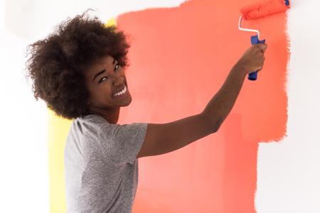 彼女の新しいアパートで若いアフリカ系アメリカ人美女絵画壁の肖像画 写真素材