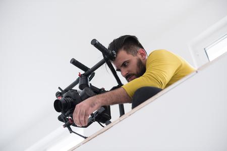 gimball と若いビデオ撮影仕事でビデオ一眼レフ