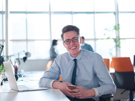 Jeune entrepreneur pigiste travaillant dans un ordinateur portable dans coworking espace Banque d'images - 79343670