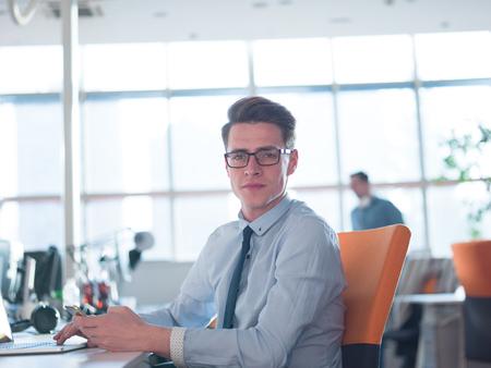 Jeune entrepreneur pigiste travaillant dans un ordinateur portable dans coworking espace Banque d'images - 79343620