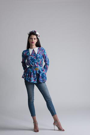 Modella ragazza modello isolato su sfondo bianco. Donna alla moda di bellezza in posa in abbigliamento alla moda Casual stile con accessori di bellezza. Stile urbano di alta moda Archivio Fotografico - 80260684
