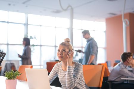 Jeune femme, Entrepreneur, Freelancer, Travail, Utilisation, Un, ordinateur portable, dans, coworking, espace Banque d'images - 80618934