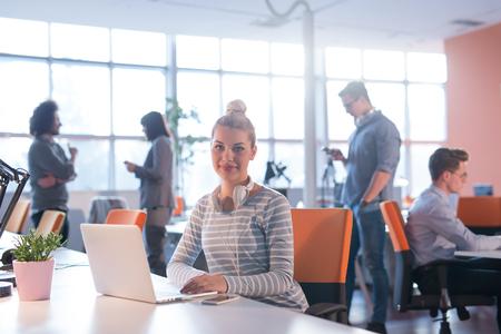 Jeune entrepreneur féminine pigiste travaillant en utilisant un ordinateur portable dans l & # 39 ; espace coworking Banque d'images - 80575264