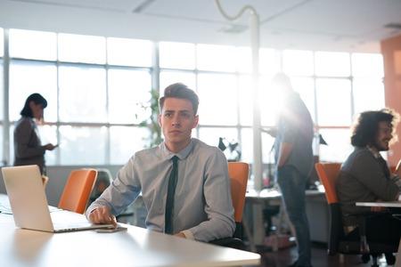 Jeune entrepreneur entrepreneur indépendant travaillant à l'aide d'un ordinateur portable et dans l'espace Coworking Banque d'images - 80492530