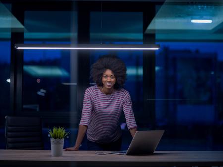 Jeune femme africaine américaine Entrepreneur Freelancer Travailler à l'aide d'un ordinateur portable Dans l'espace Coworking Banque d'images - 80961319