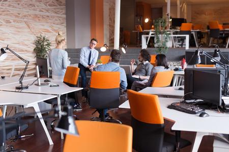 オフィスでの事業計画を議論する若いビジネス人々 のグループ 写真素材
