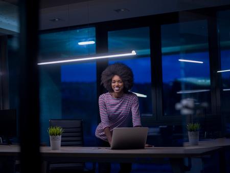 Jeune femme africaine américaine Entrepreneur Freelancer Travailler à l'aide d'un ordinateur portable Dans l'espace Coworking Banque d'images - 80580896