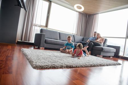 幸せな若い家族共に遊ぶ自宅