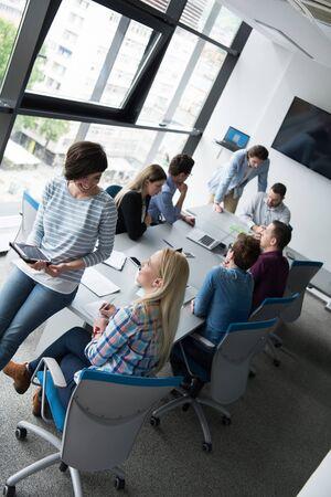 바쁜 사무실에서 디지털 태블릿을 사용하는 비즈니스 여성