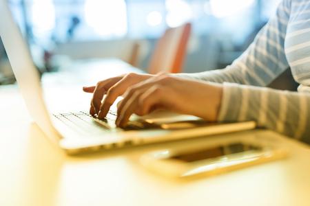 Jeune femme, Entrepreneur, Freelancer, Travail, Utilisation, Un, ordinateur portable, dans, coworking, espace Banque d'images - 81721482