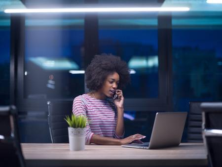 Jeune africaine agent féminin américain freelancer travaillant en utilisant un ordinateur portable dans l & # 39 ; espace coworking Banque d'images - 82010422