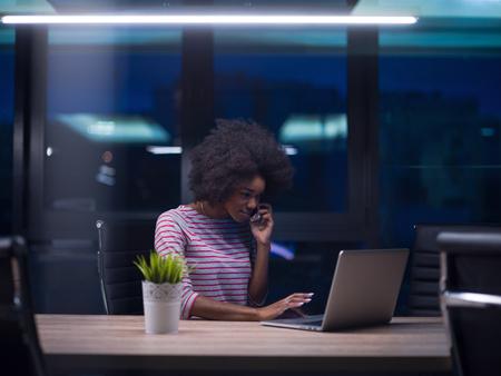Jeune femme africaine américaine Entrepreneur Freelancer Travailler à l'aide d'un ordinateur portable Dans l'espace Coworking Banque d'images - 81727123