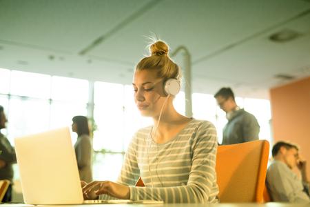 Jeune femme, Entrepreneur, Freelancer, Travail, Utilisation, Un, ordinateur portable, dans, coworking, espace Banque d'images - 81727010