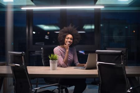Jeune femme africaine américaine Entrepreneur Freelancer Travailler à l'aide d'un ordinateur portable Dans l'espace Coworking Banque d'images - 82088276