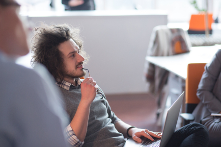 Jeune entrepreneur entrepreneur indépendant travaillant à l'aide d'un ordinateur portable et dans l'espace Coworking Banque d'images - 81893786