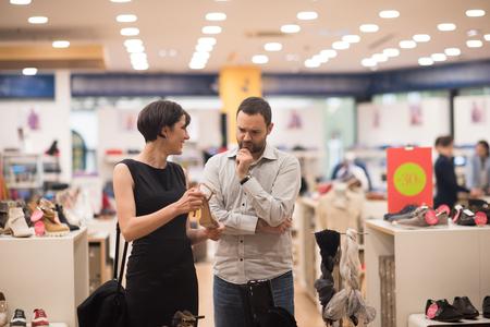 若い魅力的なカップルが新しい靴靴屋で外観を変更します。