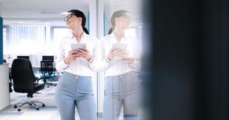 Jolie femme d & # 39 ; affaires en utilisant la tablette en face de l & # Banque d'images - 82553330