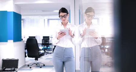 사무실 인테리어의 앞에 태블릿을 사용하여 예쁜 사업가