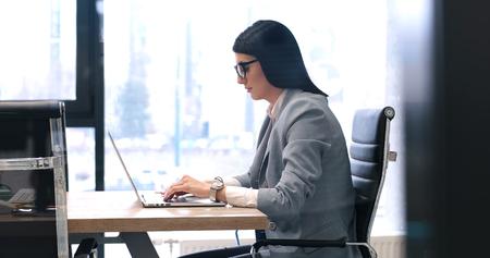 Jeune entrepreneur féminine pigiste travaillant en utilisant un ordinateur portable dans l & # 39 ; espace coworking Banque d'images - 82503912
