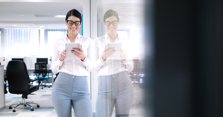 Jolie femme d & # 39 ; affaires en utilisant la tablette en face de l & # Banque d'images - 87232704