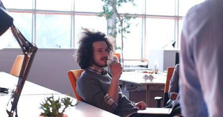 Jeune entrepreneur pigiste travaillant dans un ordinateur portable dans coworking espace Banque d'images - 82514139