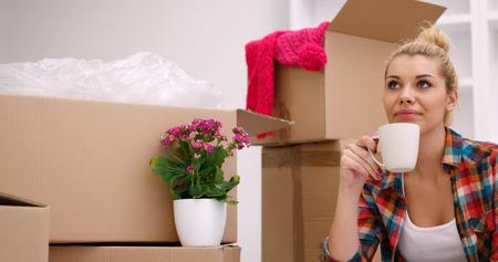 Menschen, bewegen neue Ort und Reparatur-Konzept glücklich schöne junge Frau mit vielen Kartons sitzen auf Boden mit Cup zu Hause Standard-Bild - 85231485