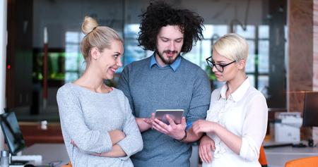 현대 시작 사무실 건물에서 사업 계획을 논의하는 젊은 비즈니스 사람들의 그룹 스톡 콘텐츠