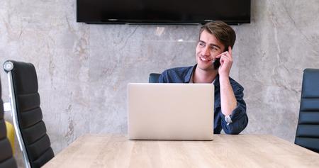 Jeune entrepreneur pigiste travaillant dans un ordinateur portable dans coworking espace Banque d'images - 82574963