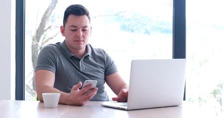 Jeune entrepreneur entrepreneur indépendant travaillant à l'aide d'un ordinateur portable dans l'espace de coworking Banque d'images - 82522600