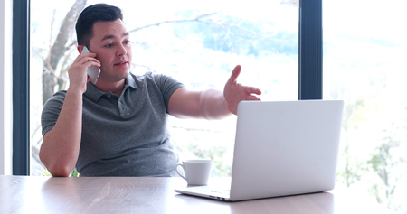 Jeune entrepreneur pigiste travaillant dans un ordinateur portable dans coworking espace Banque d'images - 82588976